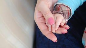 Mama trzyma dziecka ` s rękę zdjęcie wideo