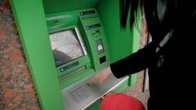 Mama uczy dziecka używać ATM zdjęcie wideo