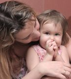 Mama umfaßt eine Tochter lizenzfreies stockbild