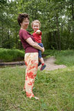 Mama umfaßt leicht den Sohn stockbilder