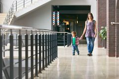 Mama und der Sohn, der in das Einkaufszentrum geht Stockfotografie