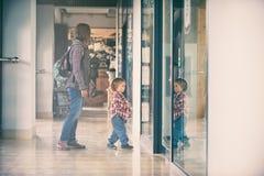 Mama und der Sohn, der in das Einkaufszentrum geht Lizenzfreies Stockbild