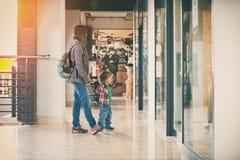 Mama und der Sohn, der in das Einkaufszentrum geht Lizenzfreie Stockfotos