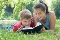 Mama und der Sohn liest Stockbild