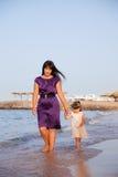 Mama und der Tochterweg Stockfoto