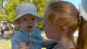 Mama und ihr Sohn im Park stock video