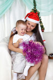 Mama und Sohn öffnet das Geschenk Stockbild
