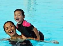 Mama und Sohn im Pool Lizenzfreie Stockbilder
