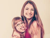 Mama und Tochter, die Spaß haben Stockbild
