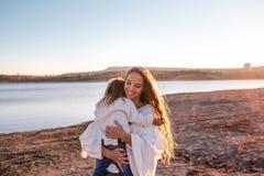 Mama und Tochter, die Spaß zusammen draußen haben lizenzfreies stockfoto