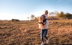 Mama und Tochter, die Spaß zusammen draußen haben stockbild