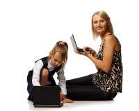 Mama und Tochter mit Notizbuch Stockfotos