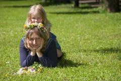 Mama und Tochter spielen den Dummkopf Lizenzfreies Stockbild