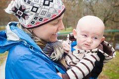 Mama und verschrobes Baby stockbild