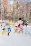 Mama, Vati und Sohn, die draußen im Winter während schwebende Zusammenfassung des Schnees falls Stockbilder