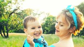 Mama verdreht ein Kind stock video footage