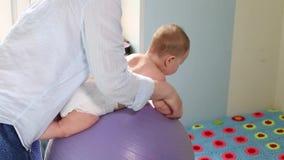 Mama ?wiczenia dla rozwoju z dzieckiem na fitball Dziecko rozwoju poj?cie, troskliwa mama, tonowanie ?wiczy zbiory