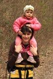 Mama y bebé de la madre en el bosque Fotografía de archivo libre de regalías