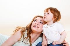 Mama y bebé que miran para arriba fotografía de archivo
