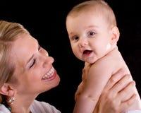 Mama y bebé que ríen y que sonríen Fotografía de archivo