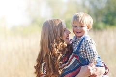 Mama y bebé sonrientes Imágenes de archivo libres de regalías