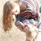 Mama y bebé sonrientes Imagen de archivo