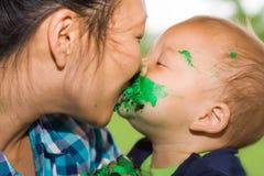 Mama y hijo con beso y la torta Fotografía de archivo