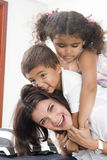 Mama y niños imagen de archivo