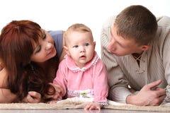 Mama y papá que hablan con un niño Imagenes de archivo