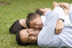 Mama y papá que recorren con sus niños Foto de archivo