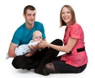 Mama y papá con un bebé Fotografía de archivo libre de regalías