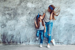 Mama z córką w rodzinnym spojrzeniu Fotografia Royalty Free