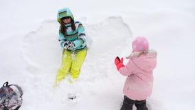 Mama z córki sztuki trzyletnimi snowballs zbiory wideo