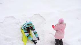 Mama z córki sztuki trzyletnimi snowballs zbiory