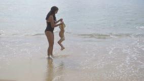 Mama z dwuletnim córki odprowadzeniem wzdłuż piaskowatej plaży zbiory wideo
