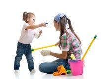 Mama z dziecka cleaning pokojem i mieć zabawą obrazy royalty free