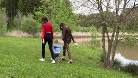 Mama z jej siostrą i syn odpoczynek w naturze zbiory wideo