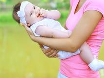Mama z szczęśliwym dzieckiem w lecie obrazy royalty free