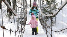 Mama z trzyletnią córką dalej zawiesza most zbiory