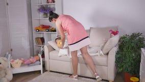 Mama zakrywa jej dziecka z koc i całować zbiory wideo