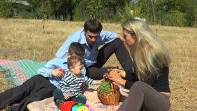 Mama zieht die Söhne der Frucht ein stock video footage