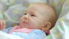 Mama zieht mit einem Löffel ihr nettes neugeborenes Babypüree der Zucchininahaufnahme ein stock footage