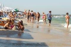 MAMAIA海滩的人们 免版税图库摄影