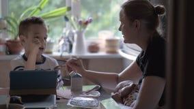 Mamakrankenpflegebaby und mit Sohn Schere, Stein, Papier spielen stock footage