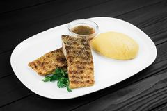 Mamaliaga o polenta con formaggio e la carne di pesce Alimento tradizionale di moldovan e di rumeno Fotografia Stock