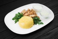 Mamaliaga o polenta con formaggio e la carne suina Alimento tradizionale di moldovan e di rumeno Fotografia Stock