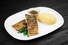 Mamaliaga oder Polenta mit Käse- und Fischfleisch Traditionelles Lebensmittel von Moldovan und von rumänischem Stockfoto