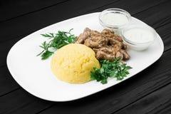 Mamaliaga oder Polenta mit Käse- und Rindfleischfleisch Traditionelles Lebensmittel von Moldovan und von rumänischem Stockbilder