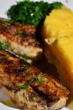 Mamaliga avec les poissons grillés Images stock