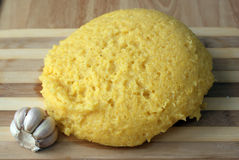 Mamaliga rumeno caldo (semola di granturco) con aglio Fotografia Stock